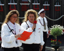 Katja Siebels, Spielleiterin des Spielmannszuges des Mühlenvereins Schweindorf (mitte)