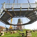 Die Galerie am haken: Die montage der rund acht tonnen schweren holzkonstruktion verlief gestern völlig problemlos. Foto: Stromann