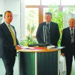 Eröffneten die Ausstellung in der Sparkassenfiliale (v. l.): Detlef Oetter, Gerhard Dirks und Rüdiger Heßling., BILD: ANNA GRAALFS