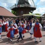 22. Deutscher Mühlentag an der Mühle Klaashen in Schweindorf, 25.05.2015, die jungen Tänzerinnen und Tänzer der Volktanzgruppe Holtgast traten auf