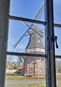 Mühle Klaashen, Schweindorf, Blick durch ein Fenster im alten Müllerhaus auf die Mühle Klaashen in Schweindorf